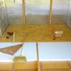 Zcela vespod jsou původní izolační PUR panely, na nich rošt vyplněný podlahovým polystyrenem o síle 5 cm přikrytý OSB deskami o tloušťce 22 mm