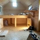 Pod postelí je velkorysý úložný prostor