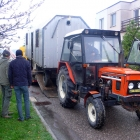 Z podvalníku maringotku stáhl opět traktor. Pro sousedy za záclonou to byl pěknej cirkus :)