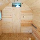 Celkový pohled na příčku, dělící obytný prostor maringotky od koupelny