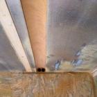 Otvory pro teplou a studenou vodu provrtané podlahou