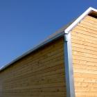 Okraje střechy tvoří okapy z pozinku
