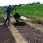 Zcela navrch záhonku jsme přidali vrstvu kompostu